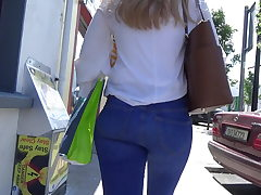 Candid blonde teen in flesh cock-squeezing jeans